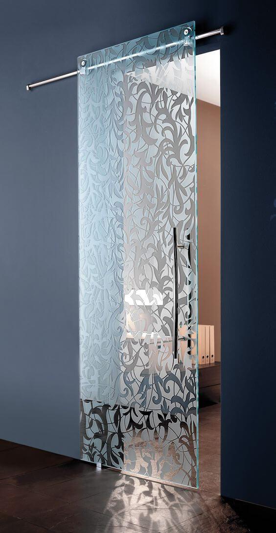 Sklenené dvere s pieskovaným ornamentom.